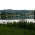 05 Wir wandern am Härtsfeldsee vorbei