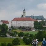 07 Endlich ist am 1. Wandertag das Kloster Neresheim in Sicht